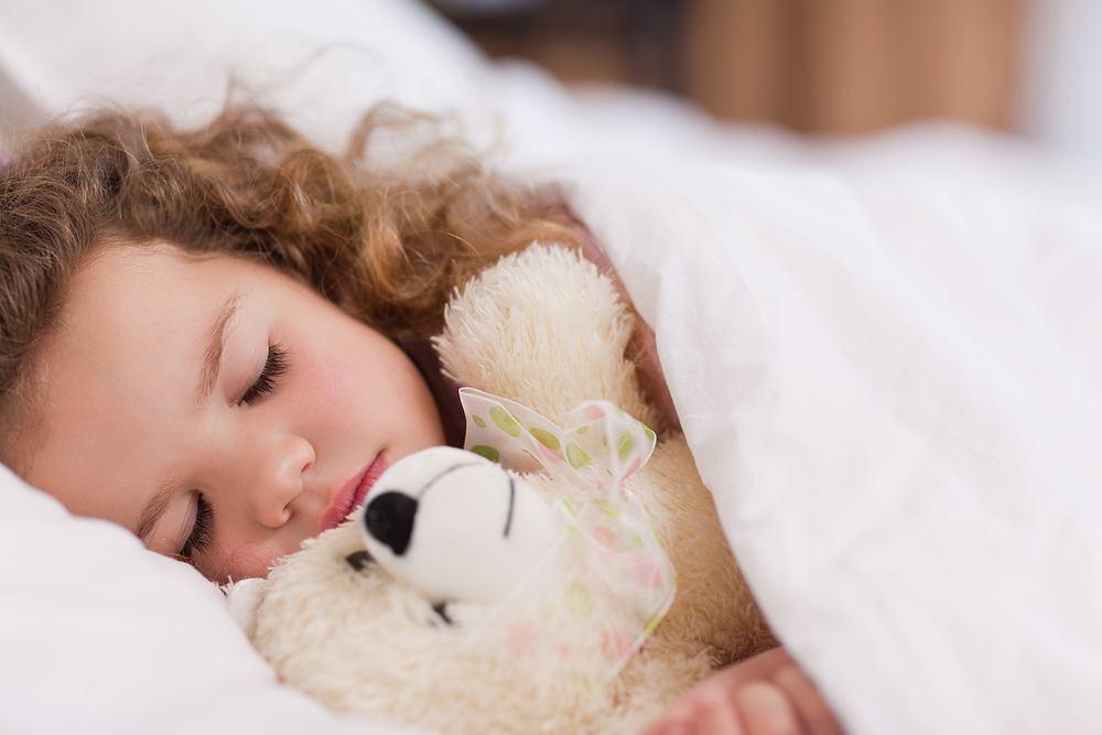 Melatoninę nazywa się 'hormonem snu' lub 'hormonem ciemności'. To jeden z czynników wyznaczających dobowy zegar biologiczny człowieka - odpowiada za regulację rytmu snu i czuwania.