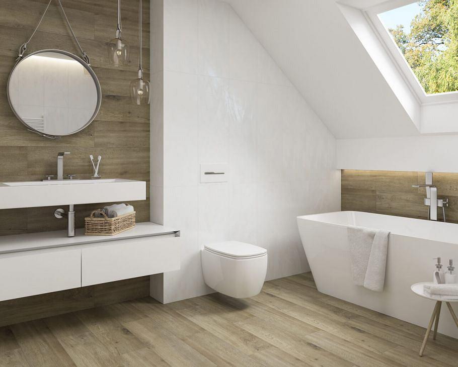 Płytki drewnopodobne w jasnej aranżacji łazienki