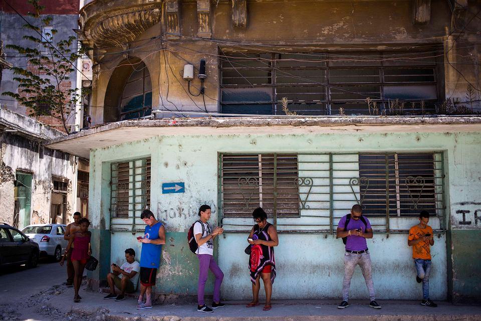 Kubańczycy korzystają z internetu w swoich komórkach, Hawana.