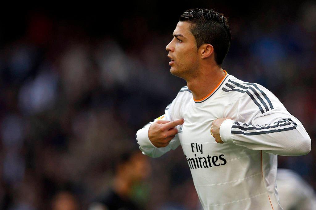 W tym roku głównym faworytem jest jednak nie Messi, a Cristiano Ronaldo. Portugalczyk, którego fanom (jak również i jemu samemu) rok do roku z trudem przychodziło godzenie się z wyższością Messiego, przeżywa kolejny fantastyczny sezon i wygląda na to, że tym razem ma szanse na zakasowanie często ostatnio kontuzjowanego rywala.
