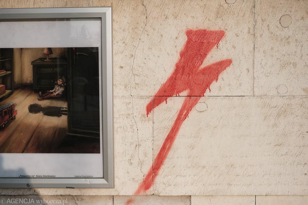 Łódź. Dyrektor liceum zawieszony. Zakazywał używania symbolu błyskawicy ze Strajku Kobiet
