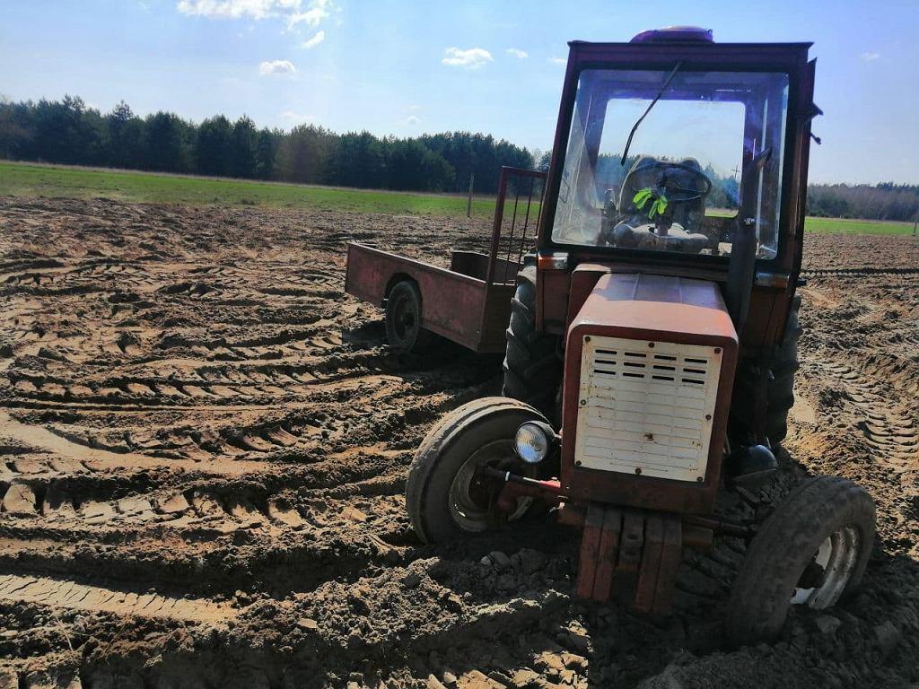 Wyszków. Ciągnik, który sam jeździł po polu i dwukrotnie przejechał 80-letnim rolniku.