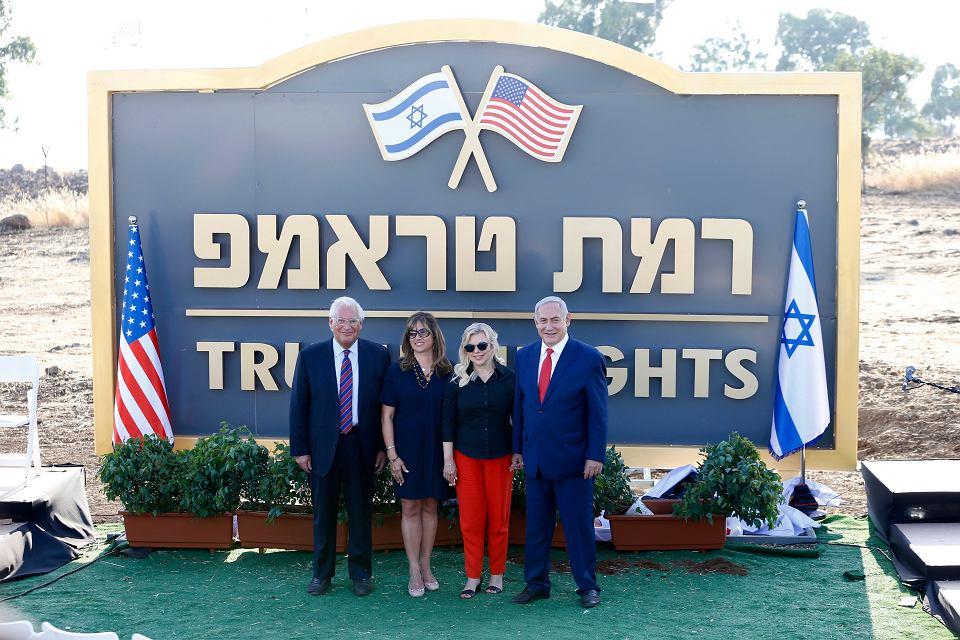 Amerykański ambasador w Izraelu  David Friedman (z lewej) z żoną Tammy i premier Izraela Benjamin Netanjahu z żoną Sarą podczas inauguracji osiedla  Trumpowe Wzgórza na terenie Wzgórz Golan, 16 czerwca 2019 r.