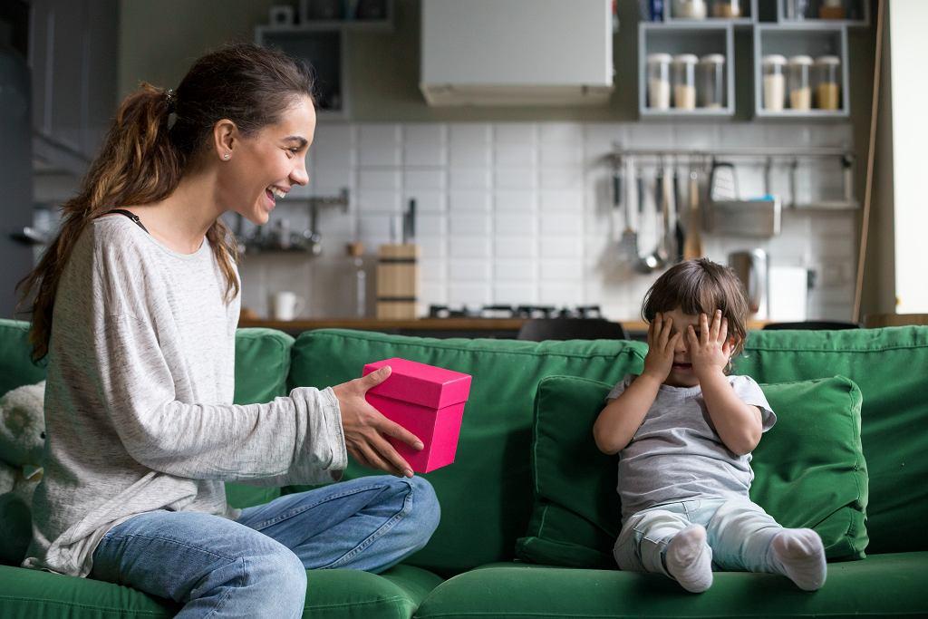 Życzenia na Dzień Dziecka mogą zostać dołączone do prezentu. Zdjęcie ilustracyjne, fizkes/shutterstock.com