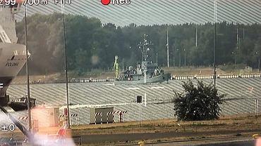 ORP Flaming z miną na pokładzie przepływa przez Świnoujście