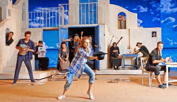 Musical 'Mamma Mia!' w reżyserii Wojciecha Kępczyńskiego w Teatrze Muzycznym Roma w Warszawie
