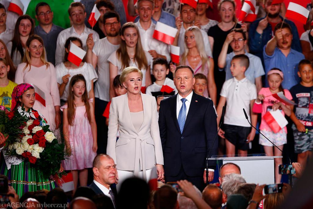Andrzej Duda z żoną Agatą na wieczorze wyborczym w Łowiczu
