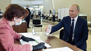 Władimir Putin głosujący w jednej z moskiewskich komisji