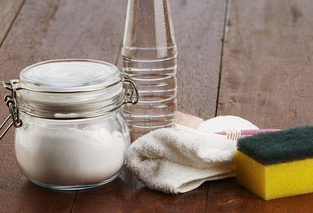 Ocet i skrobia kukurydziana wywabią zacieki z brytfanny.