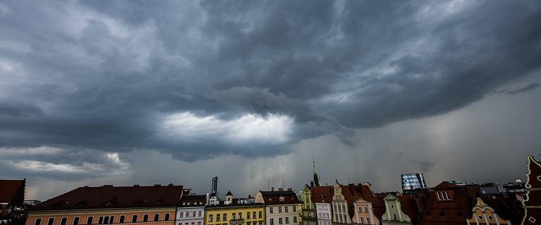 Ściana wody we Wrocławiu, zalane ulice. Fala opadów na zachodzie