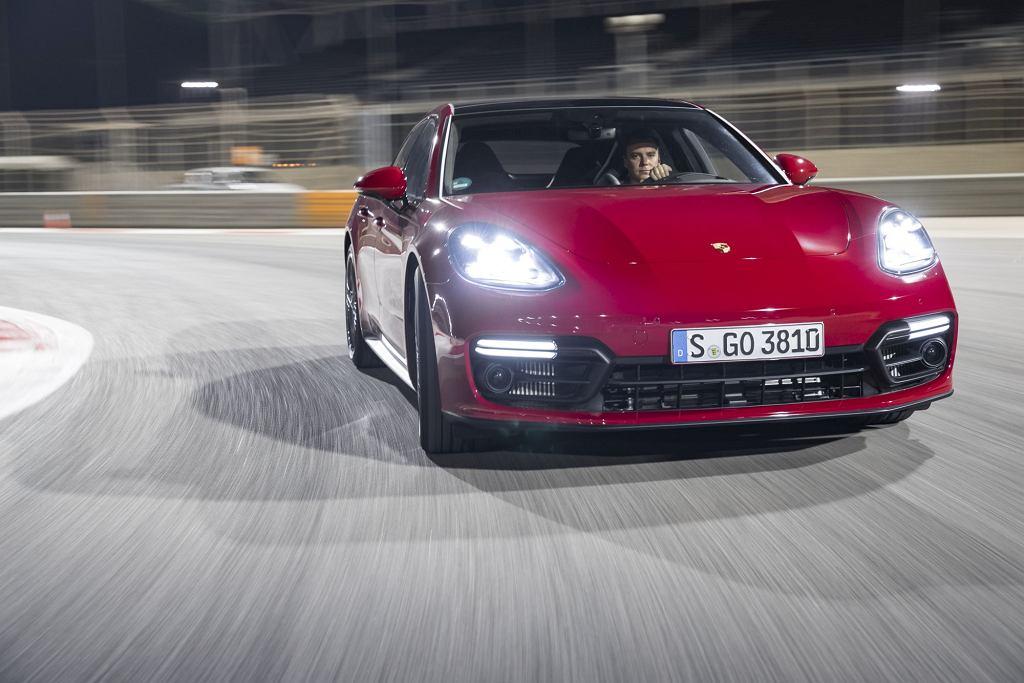 Nowe Porsche Panamera GTS podczas nocnych jazd na torze F1 w Bahrajnie. Za kierownicą Tomasz Korniejew.