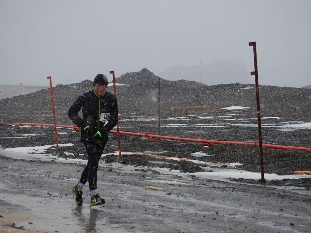 Prof. Jan Chmura podczas maratonu na Antarktydzie