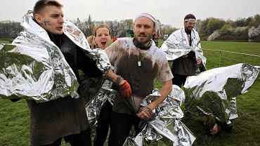 """Runmageddon to ekstremalny 9-kilomtrowy bieg, który odbył się na terenie Toru Służewiec. Zawodnicy mieli 2,5 godziny na pokonanie ponad 20 przeszkód. """"Komandos"""", """"deptanie szałasu"""", """"koszmar wulkanizatora"""" czy """"koń by się uśmiał"""" to tylko niektóre z przeszkód sprawdzających kondycje i wytrzymałość psychiczną uczestników"""