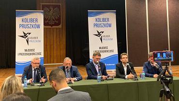 Debata wyborcza w Pruszkowie, drugi od lewej Jan Szyszko. Na debacie powiedział, że żłobki i przedszkola to spuścizna po komunizmie. Na prawo od niego siedzi Andrzej Rozenek, ostatni z prawej - Jan Grabiec.