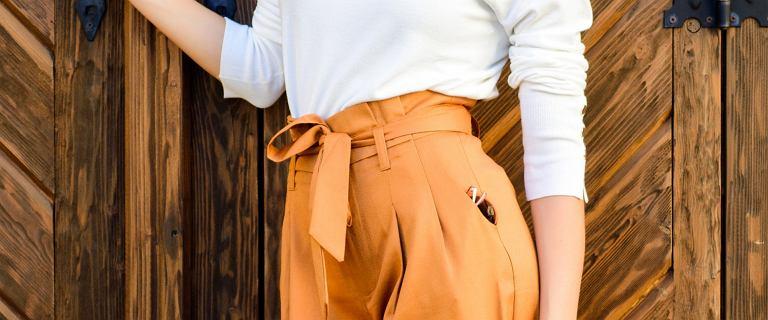Ten fason spodni świetnie zamaskuje odstający brzuszek i boczki! Zobacz modne modele dla puszystych