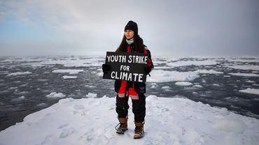 Brytyjska nastolatka Mya-Rose Craig protestuje przeciwko zmianom klimatycznym na arktycznej krze