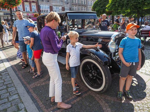 Zdjęcie numer 28 w galerii - Międzynarodowy rajd zabytkowych pojazdów na Rynku w Wałbrzychu. Było co podziwiać [ZDJĘCIA]