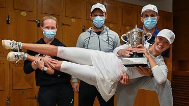 Daria Abramowicz, Piotr Sierzputowski i Maciej Ryszczuk trzymają Igę Świątek po triumfie w Rolandzie Garrosie