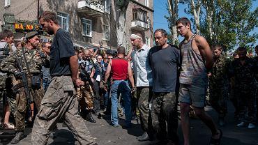 Donieck, 24 sierpnia. Separatyści urządzili marsz ulicami miasta. Do pójścia w nim przymusili jeńców wojennych