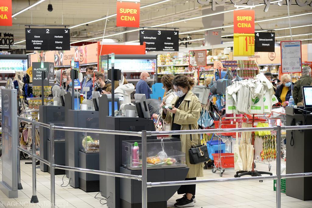 Pandemia koronawirusa. Zakupy w sklepie popularnej sieci. Żółta strefa w Szczecinie, 10 października 2020