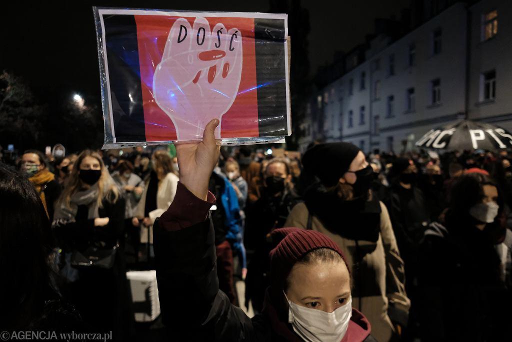 Demonstracja pod domem Kaczynskiego po wyroku TK, zakazujacego aborcji z powodu wad genetycznych plodu