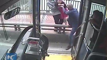 Kierowca i pasażerowie ratują desperatkę