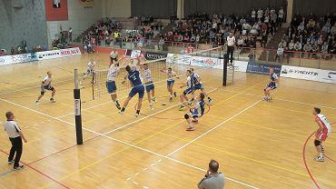 Siatkarze SMS-u Spała (niebieskie koszulki) w niedawno zakończonym sezonie zagrali w finale rozgrywek pierwszej ligi