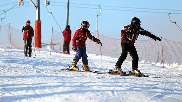 Niedziela jest pierwszym dniem, kiedy można korzystać ze stoku narciarskiego na Globusie tej zimy. Wcześniej na uruchomienie stoku nie pozwalała pogoda. Nie było śniegu, a temperatury oscylujące wokół zera stopni nie pozwalały na uruchomienie sztucznego naśnieżania. Dopiero z nadejściem mrozów pracownicy Miejskiego Ośrodka Sportu i Rekreacji uruchomili armatki. Po kilku dniach naśnieżania stok otwarto w niedzielę. Mimo kilkunastostopniowego mrozu amatorów zjeżdżania na nartach i desce snowboardowej nie zabrakło. Stok otwarto o godzinie 10 i będzie czynny do godziny 21. Tak samo będzie we wszystkie weekendy, święta i ferie zimowe. W dni powszednie pozjeżdżać będzie można od godz. 14 do 21. Stok jest oświetlony więc można szusować do późnych godzin. Miłośnicy białego szaleństwa mogą skorzystać z dwóch tras z wyciągami o długości 100 i 300 metrów. Za godzinę korzystania z dużego wyciągu zapłacimy 16 zł (od poniedziałku do piątku) i 20 zł w weekendy. Dłuższe trzygodzinne zjeżdżanie z dodatkową gratisową godziną kosztuje 47 zł w dni powszednie i 60 zł w weekendy. Można też zakupić jednorazowe zjazdy. Ci, którzy nie mają własnego sprzętu mogą go wypożyczyć na miejscu. Ceny sprzętu wahają się od kilku do kilkudziesięciu złotych. pko