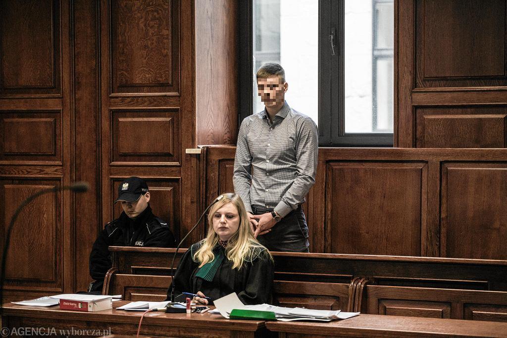 Oskarżony Adrian Cz . podczas pierwszej rozprawy w sprawie o zabójstwo pracownika Tramwajów Warszawskich
