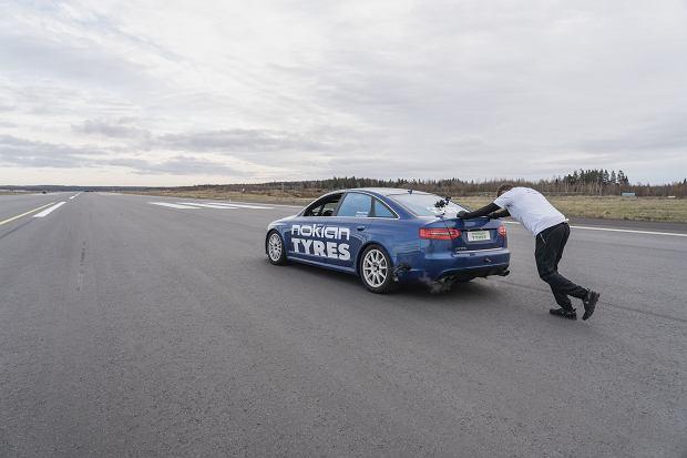 Rekord świata pobity dzięki Nokian Tyres: pchanie samochodu wymaga umiejętności, a nie tylko siły