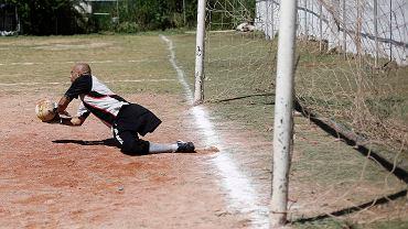 """<b>Alexandre Toledo</b> broni strzał w meczu z Eai do Sape. W tym widoku nie byłoby nic dziwnego, gdyby nie to, że 36-letni bramkarz zespołu Moleque Travesso... nie ma nogi<br><br> Materiał o nim powstał w ramach """"Tygodnia Brazylijskiego"""" projektu """"Contintental - Droga na Mundial"""""""