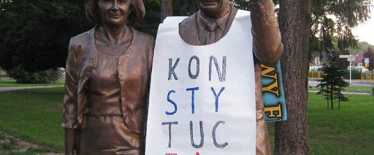"""Powiesił koszulkę """"Konstytucja"""" na pomniku Kaczyńskiego. Dostał zadośćuczynienie"""