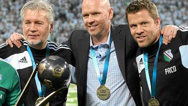 Trener Legii Henning Berg (w środku) ze swoimi asystentami - Kazimierzem Sokołowskim (z lewej) i Paco