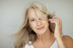 Menopauza musi odbierać urodę? Jak dbać o włosy dojrzałe?