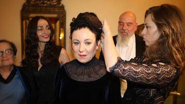 Olga Tokarczuk przed ceremonią wręczenia nagród Nobla. Ubrana jest w suknię projektu Gosi Baczyńskiej. Włosy upina jej narzeczona syna pisarki Anna Wanik
