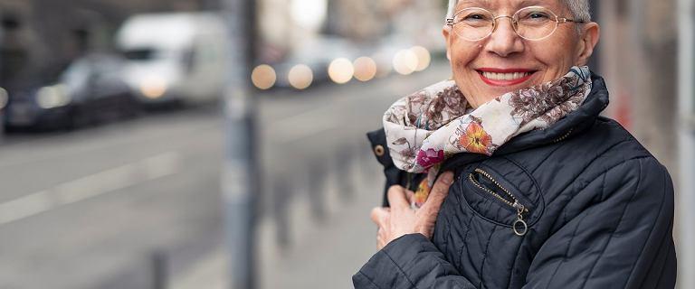 Szukasz kurtki na okres przejściowy? Znalazłyśmy modne propozycje dla kobiet po 50-tce. Zobacz!