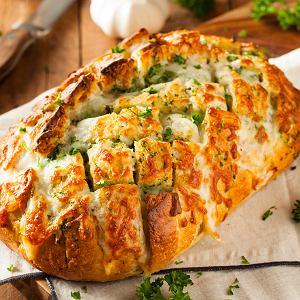Chleb z twarożkiem w maśle czosnkowym