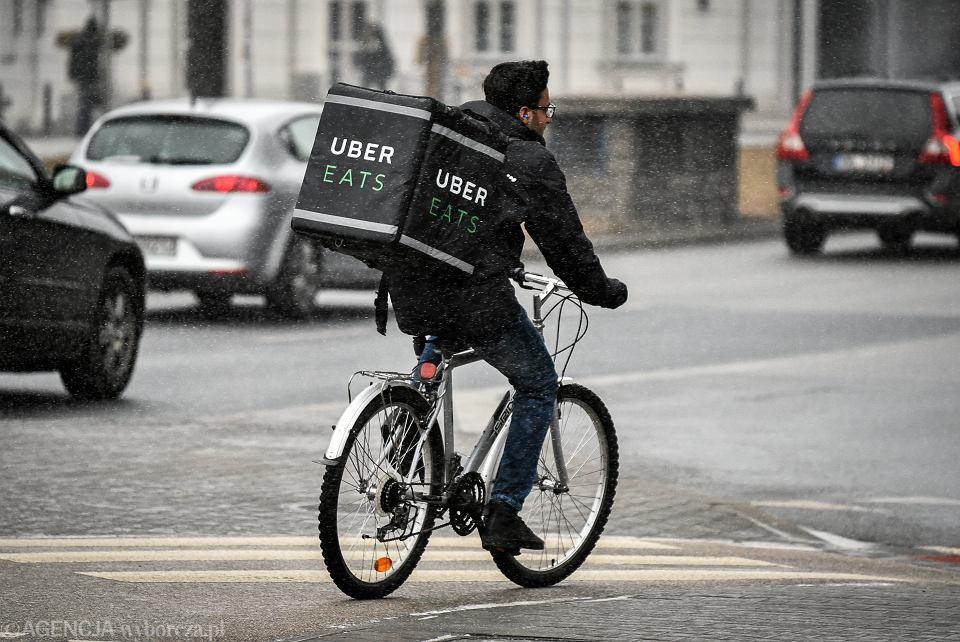8ffcf3f1947012 Kurier Uber Eats na rondzie jazdy Polskiej. Warszawa, 16 marca 2018 1  ZDJĘCIE