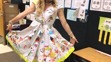 Sukienkę udekorowało 25 dzieci z pierwszej klasy w szkole w Lawton w stanie Oklahoma