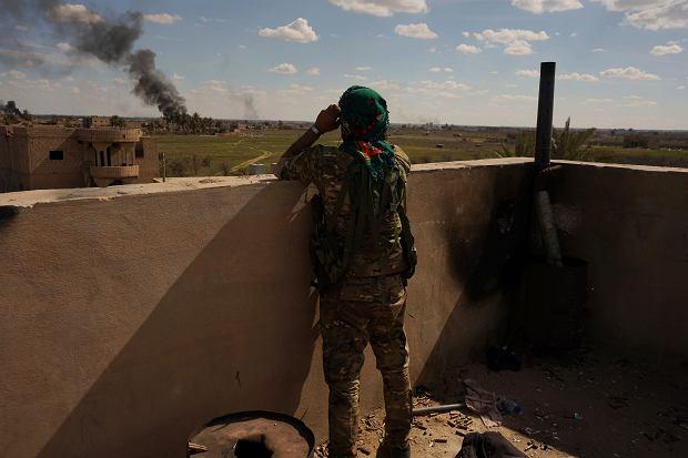 Bojownik Syryjskich Sił Demokratycznych w czasie bitwy z tzw. Państwem Islamskim