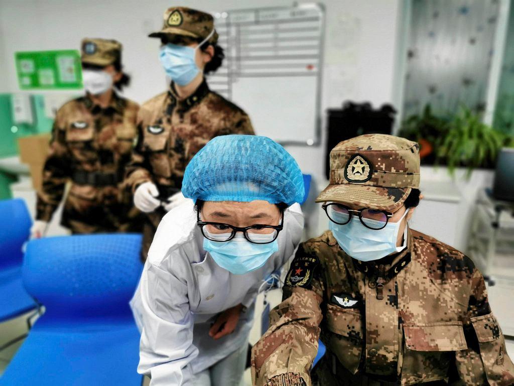 Koronawirus przestraszył chińskie władze, które obawiają się powtórki z 2003 roku, kiedy SARS zabił ponad 800 osób. Mieszkańcy tłoczą się w szpitalach, kończą się leki, a władze przywożą lekarzy z całego kraju, w tym sanitariuszy z chińskiej armii.