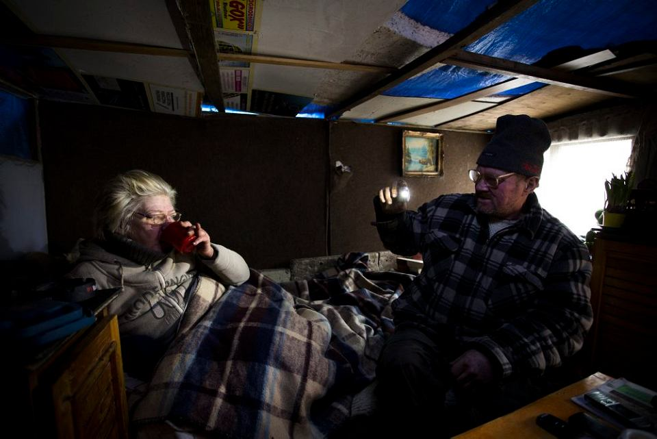 Majka i Ryszard, para bezdomnych żyjących ze sobą od 17 lat, w swoim aktualnym schronieniu w okolicy Dworca Wschodniego w Warszawie.