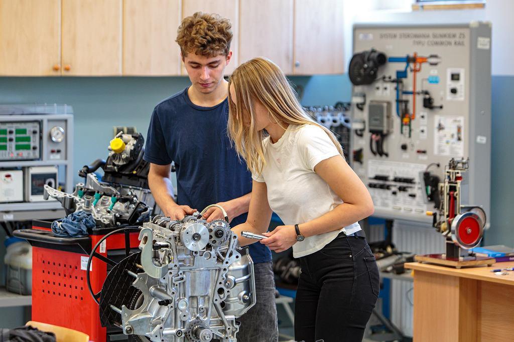 Uczennice nie boją się naprawiać części samochodowych. Na zdjęciu  zajęcia w warsztatach szkolnych  z wykorzystaniem elementów wyprodukowanych w TMMP w Wałbrzychu