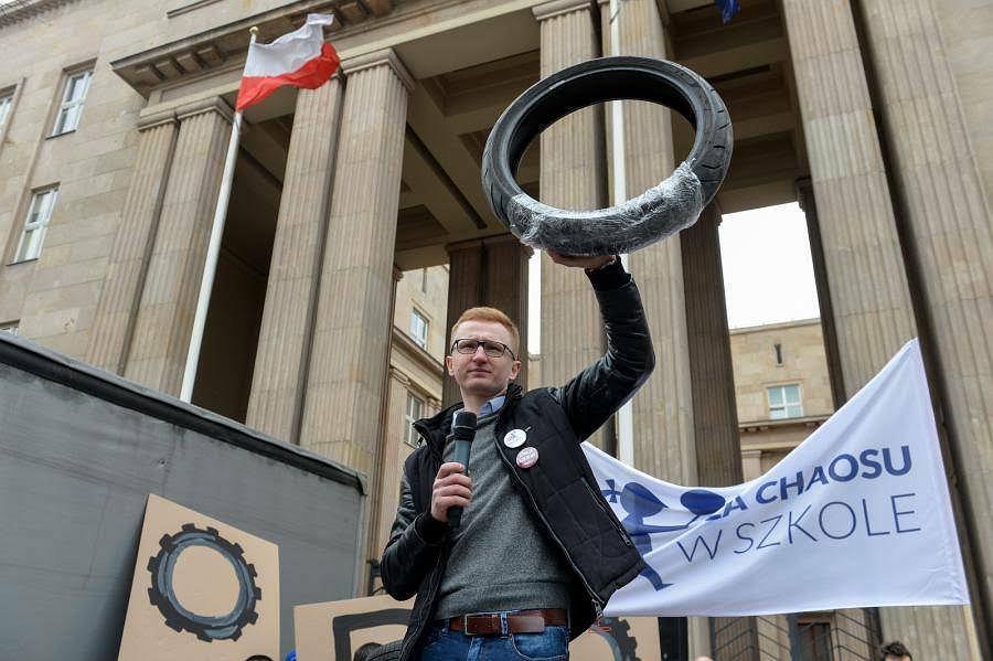 Protest 100 opon przed ministerstwem edukacji.