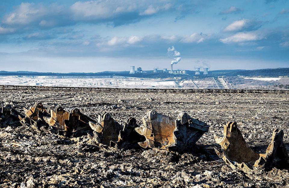 Wyrobisko kopalni Turów od strony Opolna-Zdroju. Na pierwszym planie części koparki pracującej  w odkrywce