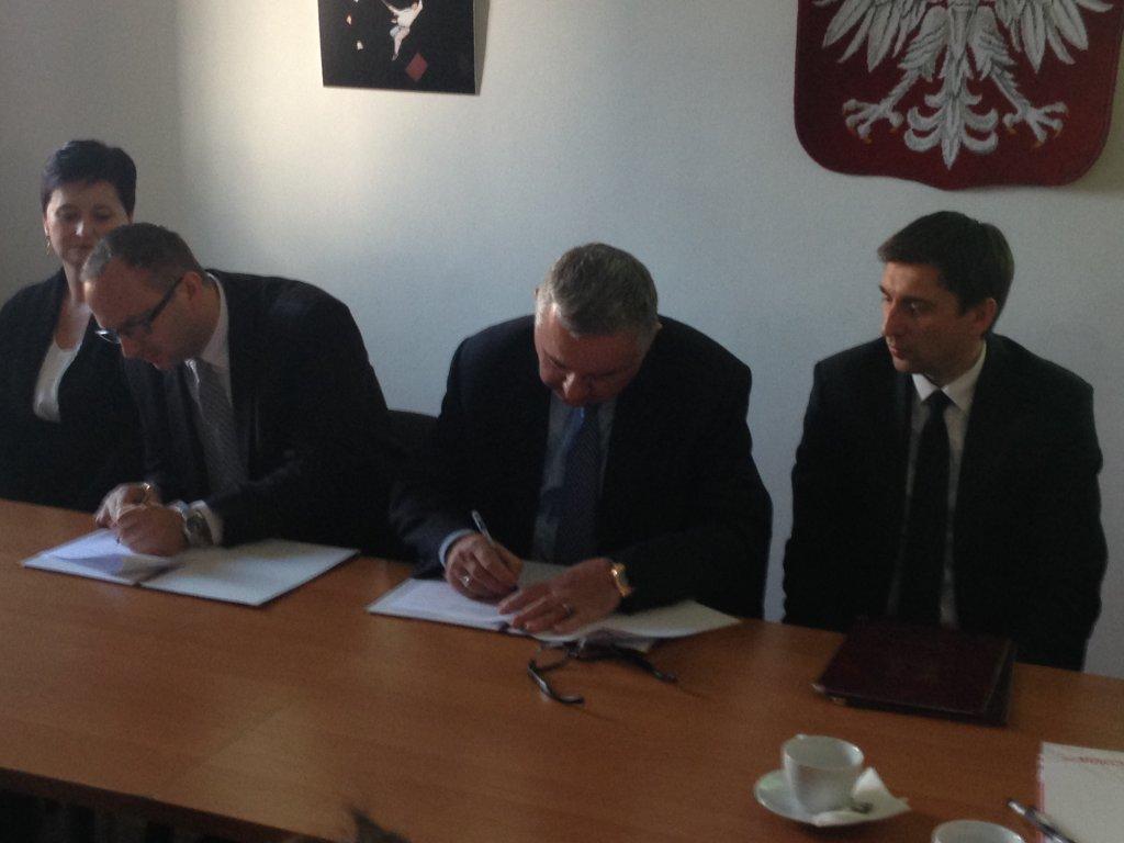 Paweł Miś, wójt gminy Liszki, i Janusz Filipiak, prezes Cracovii, składają podpisy pod umową dzierżawy terenów w Rącznej