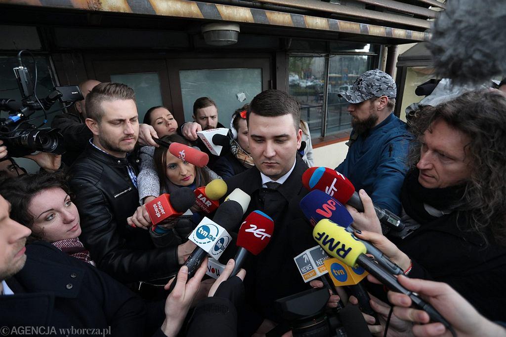 Bartłomiej Misiewicz opuszcza siedzibę PiS (fot. Sławomir Kamiński / Agencja Gazeta)