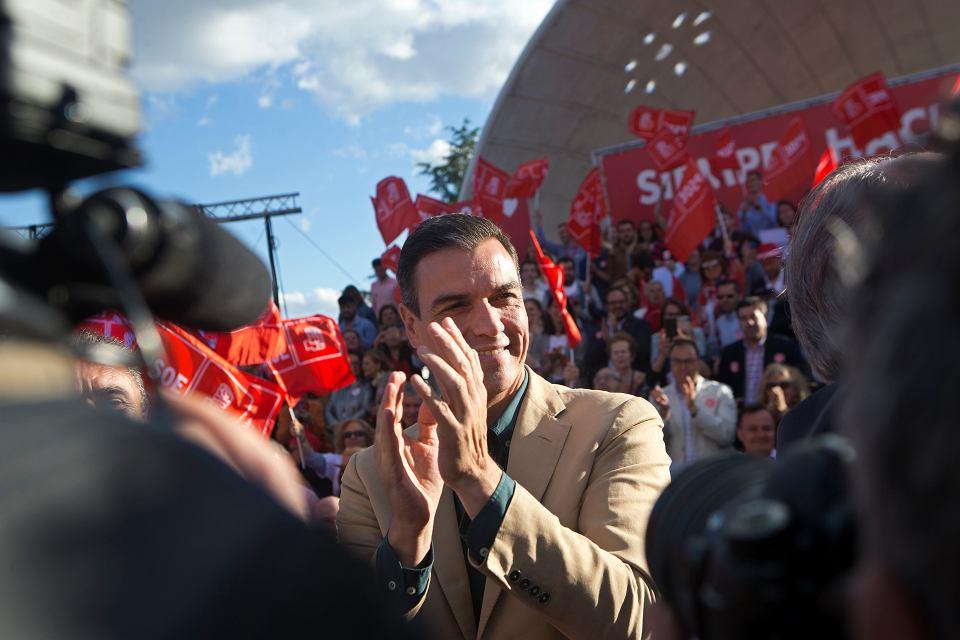 Premier Hiszpanii Pedro Sanchez wśród swoich zwolenników w Madrycie