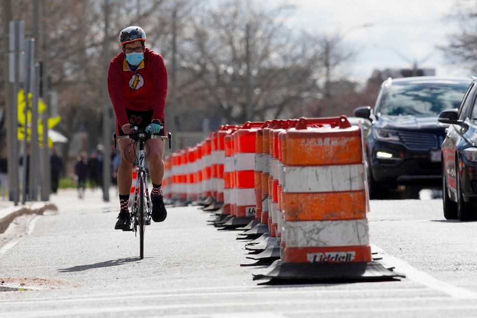 Niektóre miasta w trakcie epidemii koronawirusa wytyczyły oddzielne pasy dla rowrów