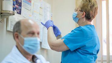 """Lekarze o zamieszaniu wokół szczepienia 40-latków. """"Objaw choroby, która nazywa się totalny bałagan"""""""